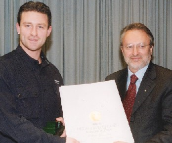 (12-2002) Simone premiato dal CONI nazionale con 2 medaglie di Bronzo al Valore Atletico per i risultati ottenuti in campo Europeo e Mondiale negli anni 1998 e 1999